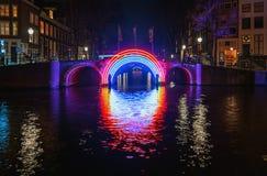 Загоренный мост в старом городке во время фестиваля света Стоковая Фотография