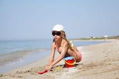 Загоренный ребенок девушки на пляже Стоковое Изображение RF