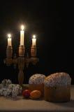 Загоренный с тортом пасхи свечей Стоковое Изображение