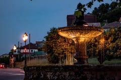 Загоренный фонтан на ясной ночи стоковое фото rf
