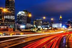 Загоренный центр города в Атланте, США на ноче Автомобильное движение стоковое фото rf