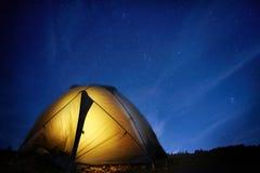 Загоренный шатер желтого цвета располагаясь лагерем Стоковое фото RF