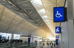 Загоренный шильдик для раздевалок пеленки, неработающего туалета и туалета женщины в аэропорте стоковое изображение