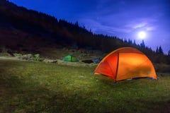 2 загоренных оранжевых и зеленых располагаясь лагерем шатра Стоковые Фотографии RF