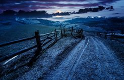 Загородка вдоль проселочной дороги на ноче Стоковые Изображения RF