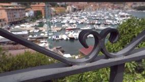 Загородка ворот на одном из дома в Monter Argentario сток-видео