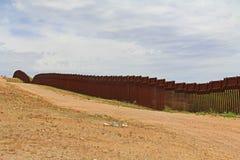 Загородка границы отделяя США от Мексики около Nogales, Аризоны стоковые фото