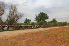 Загородка границы реки отделяя США от Мексики около Nogales, Аризоны стоковое фото