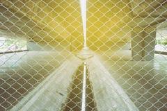 Загородка звена цепи с нижней предпосылкой моста стоковые фото