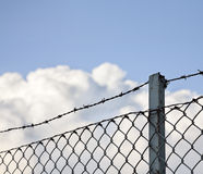 Загородка колючей проволоки стоковые фото