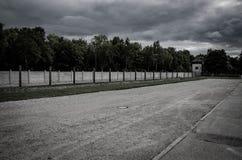 Загородка концентрационного лагеря Сеть колючей проволоки и электрический ограждать Геноцид, холокост, мировая война, дизайн конц стоковая фотография rf