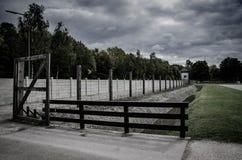 Загородка концентрационного лагеря Сеть колючей проволоки и электрический ограждать Геноцид, холокост, мировая война, дизайн конц стоковые изображения rf
