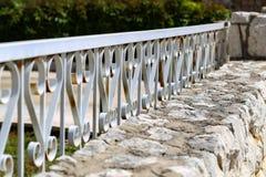 Загородка металла Металл курчавый обнесет забором парк стоковое изображение