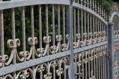 Загородка металла Металл курчавый обнесет забором парк стоковые фотографии rf