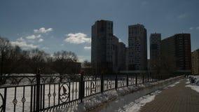 Загородка металла на взгляде обваловки города сток-видео