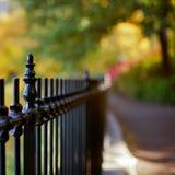 Загородка против красивейшей предпосылки bokeh Стоковое Изображение
