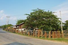 Загородка сделанная американских невзорвавшийся бомб вокруг частного дома в Phonsavan, Лаосе Стоковое Фото