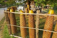 Загородка сделанная американских невзорвавшийся бомб вокруг частного дома в Phonsavan, Лаосе Стоковые Фото