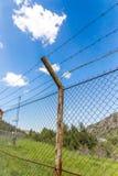Загородка с колючей проволокой на открытом воздухе Стоковая Фотография