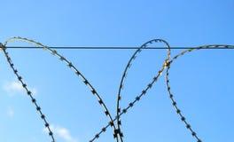 Загородка с проводом бритвы стоковые фото