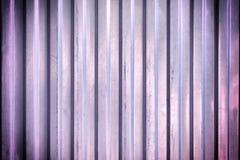 Загородка с текстурой рифлёного металла Фиолетовая предпосылка с виньеткой стоковая фотография rf