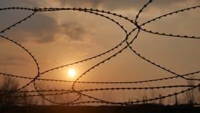 Загородка тюрьмы тюрьмы колючей проволоки Безопасность и безопасность солнечного света границы опасности преступников прорезывают акции видеоматериалы