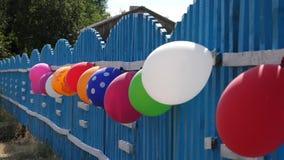 Загородка украшена с воздушными шарами Красивый дизайн праздников Праздничное украшение праздника детей с видеоматериал