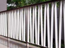 Загородка белого металла на мирном минимальном пути коридора курортного отеля к комнатам с тенями и отражениями Стоковое Изображение