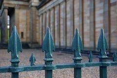 Загородка года сбора винограда железная с остриями стоковые изображения rf