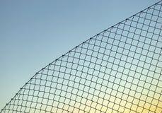 Загородка звена цепи на голубом небе Стоковая Фотография
