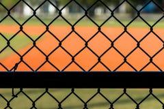 Загородка звена цепи на поле бейсбола Стоковое Изображение RF