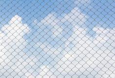 Загородка звена цепи на предпосылке неба Стоковое Изображение RF