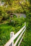 Загородка и старый сарай в городе Ellicott, Мэриленде стоковые фото
