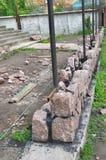Загородка камня гранита здания с камнем дизайна декоративным треснутым реальным Стоковое фото RF