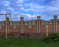 Загородка кирпича и голубое небо Стоковые Фотографии RF