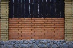 Загородка кирпича с каменным учреждением стоковое изображение rf