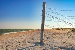 Загородка колючей проволоки защищая дюны стоковое изображение