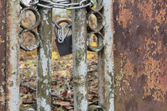 Загородка металла ржавая с замком стоковая фотография