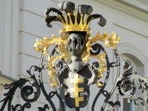 Загородка металла с орнаментами и кроной Стоковое Изображение RF