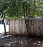 Загородка на травянистом Knoll стоковое фото