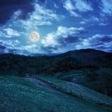 Загородка на луге горного склона в горе на ноче Стоковая Фотография