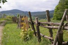 Загородка, дорога и горы на заднем плане Стоковые Изображения RF