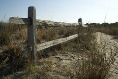 Загородка разделенного рельса на парке штата Assateague, Мэриленде Стоковые Изображения RF