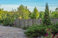 Загородка решетины старого стиля с кувшинами Стоковые Фото