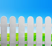 Загородка сада и зеленая лужайка Стоковая Фотография