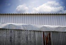 Загородка цинка с небом для предпосылки Стоковые Фотографии RF