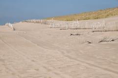 Загородки и дюны близко к пустому пляжу Стоковые Изображения RF