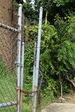 2 загородки колючей проволоки с цепью и заржаветым замком Стоковая Фотография