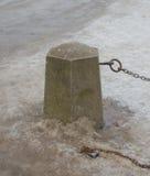 Загородки снега крупного плана камня с цепями и замком Стоковые Изображения