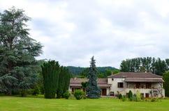 Загородный дом античного стиля французский с землями Стоковое Изображение RF